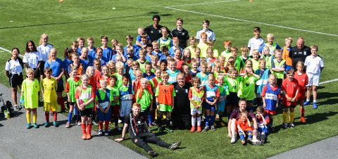 HELLE: 90 barn og unge har deltatt på fotballskolen på Helle denne uka.