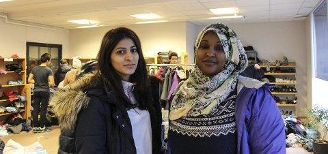 Hjelpsomme: Nour Direya fra Palestina og Leyla Alasow bidrar som tolker, og hjelper til med å finne det folk trenger. foto: synne mauseth