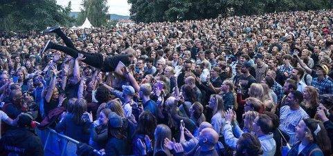 STUPEMANNEN: Sebastian Ulstad Olsen hilser på publikum på Øyafestivalen. (Pressefoto)