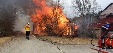 Full fyr: Det brøt ut brann i et uthus nærme hovedhuset og låven på en gård i Rakkestad onsdag.