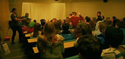 METODE SOM FUNGERER: I «Bare Teater» blir elevene mved Mo ungdomskole integrert i stykket som tar opp temaet mobbing.         Foto: Ida Madsen Hestman