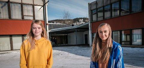 VIL IKKE GI SEG: Siri Holthe og Susanne Jansdatter Vedal ber politikerne vente med å flytte elevene fra Gruben ungdomsskole, til Mo ungdomsskole. Foto: Øyvind Bratt