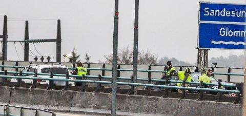 ULYKKE: Den ene bilen hadde snurret, mens den andre hadde truffet autovernet på Sandesundsbrua.