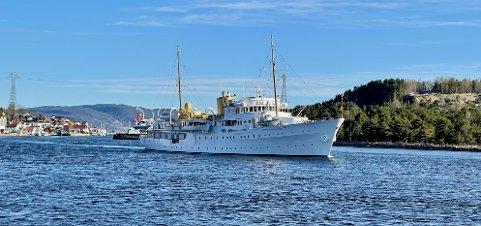 Kongeskipet Norge forlot Drammen og Svelvik lørdag morgen. Nå er den i Oslo. Her fra da det dro utover igjen.