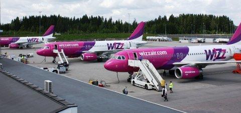 FULL: Flymekanikeren utførte reparasjoner på et Wizz Air-fly i fylla. Foto: Arkiv