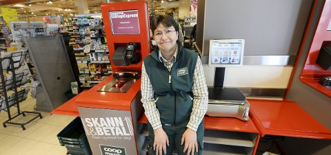 Veileder: May Utheim hjelper kundene som vil teste kassa.
