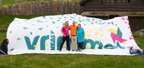 Trainee i Smøla kommune, Sanna Eriksson Ryg (fra venstre), Bård Munkhaug fra NEAS og driftsleder Anne Elisabeth Gjeldnes i Gurisenteret ønsker barn og unge velkommen til gratis Vrimmel på Edøya i sommer.