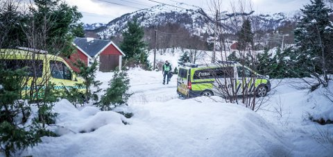 En kvinne døde etter at hun fikk et løetak over seg på Gurskøy i Møre og Romdal.