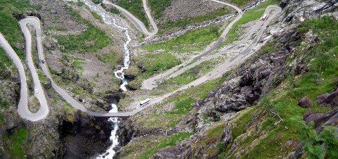 Mannen skal - ifølge Åndalsnes Avis - ha falt i elva fra Stigfossbrua i Trollstigen.