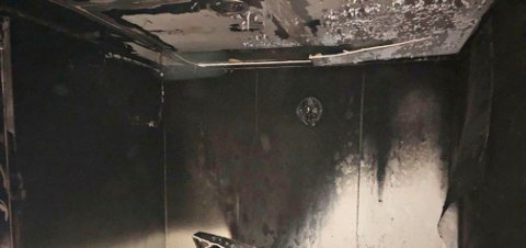 STORE SKADER: Gipsplatene hindret spredning utover arnestedet. Det har vært høy temperatur på rommet, blant annet smeltet lampene både i rommet og i en forgang, opplyser Vestfold interkommunale brannvesen (VIB).