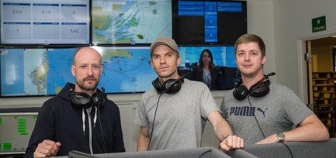 """KONTROLL: Simen Dragland-Remme, Morgan Helmen og Jonas Hammervold har store deler av verden oppe på sine seks 55"""" skjermer, fulle av opplysninger om de ulike stedene Vissim opererer."""