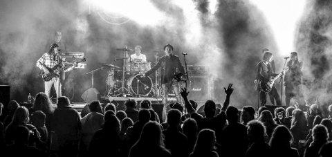 LOKALE ROCKERE: Det lokale bandet High Time har fått med seg vokalist Lee Small under konserten.