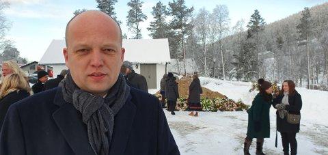 PREGET: Det var en preget Sp-leder Trygve Slagsvold Vedum som onsdag var til stede under begravelsen Engerdal-ordfører Lars Erik Hyllvang.