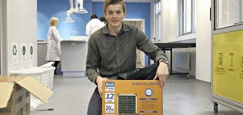 Flott gave: Statkraft ga seks elevsett med solcellepanel, batteri og regulator til Newton-senteret i Sunndal.