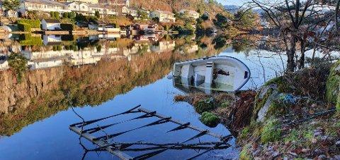 Denne båten bør muligens tømmes for vann og bringes på rett kjøl.