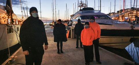 Flere beboere ved Aker Brygge marina og Kongen marina mener Norleds skipstrafikk i havnebassenget i Oslo gjør det umulig å bo i båt. Marianne Guneriussen forteller at hun ikke har dype tallerkener igjen etter at siste bølge feiet alle ut av skapene i båten hennes. Hun får støtte fra Hans Bøhmer (t.v) og hans naboer på Aker Brygge, Glenn (bakerst), Claudia og Daniel.