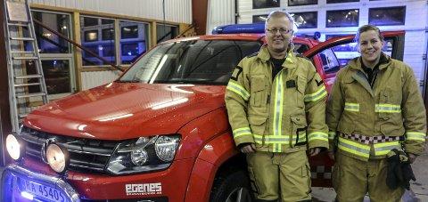 Ny bil: Brannsjef Rolf Henning Myrmel og befal Hilde T. Hardang er godt nøgde med bilen som dei no har fått til rådvelde.