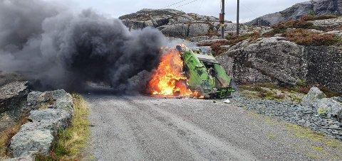NGIR sin komprimatorbil byrja å brenne under tømmerunden i Solund tysdag.