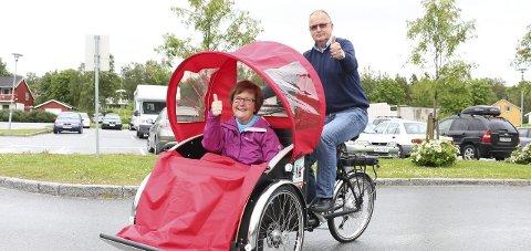 Elektrisk: Sykkelen er elektrisk og har fire gir. Erna Josefsen og Ole Reidar Sollund prøvekjører trehjulingen. Foto: Ida Kristin Dølmo