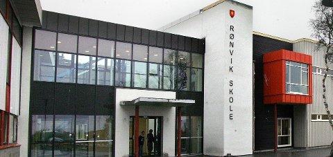 Kritiske: Ansatte og foreldre på Rønvik skole er sterkt kritiske til kommunens kutt i skolesektoren. Nå krever de svar.