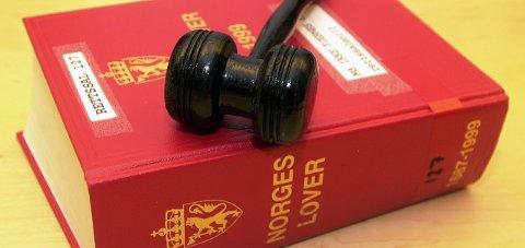 I løpet av rettssaken kom det fram flere punkter som underbygger kontrollen tiltalte forsøkte å ha over fornærmede.