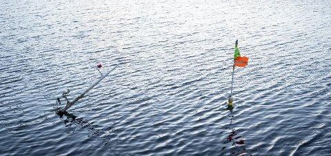 Nedsunket: Eieren av fiskebåten «Turbo» mener skroget har best av å bli liggende som nå – til det blir varmere i været.Foto: Johan Votvik