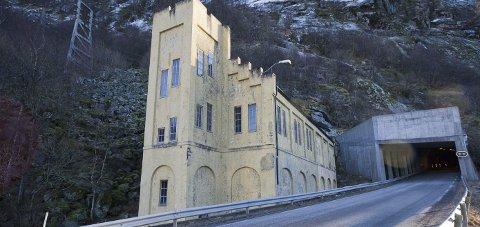 Kan rives: Statkraft har fått tillatelse til å rive det 100 år gamle uttakshuset, som ligger like ved Fykantunnelen.Foto: Johan Votvik