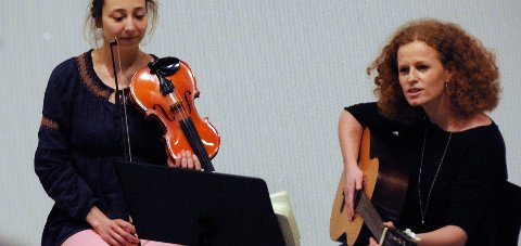 Ny jobb: Formidlingsleder Solveig Hirsch (t.h.) på Hamsunsenteret har søkt rektorjobb. Her sammen med musiker Yvonne Thomassen.