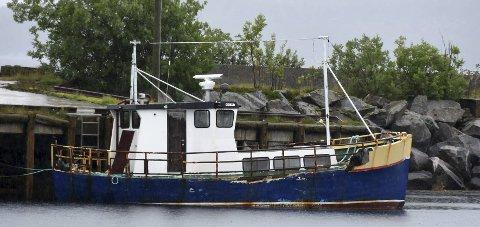 I havn: Den eldre båten har tilsynelatende funnet sin siste havn på Korsnes. Det misliker Tysfjord kommune. Foto: Øyvind A. Olsen