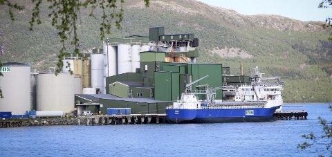 Bygger ut: Ewos fabrikk på Halsa produserer fiskefôr til oppdrettsnæringen.