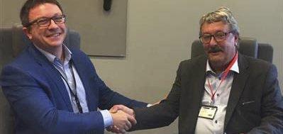 Enige:Fylkesråd Knut Peter Torgersen (t. h) og administrerende direktør i Aker BP, Karl Johnny Hersvik, harundertegnet avtalen.