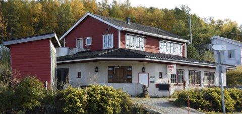 Til salgs: Bygget som huser både bolig og veikro ved E6-fergeleiet på Bognes i Tysfjord er lagt ut for slag. Det har hatt flere eiere.