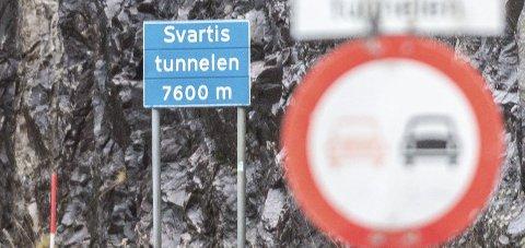 Forbud: Det er ulovlig å kjøre forbi i Svartistunnelen (7.624 meter), dersom ikke politiet tillater det på stedet.