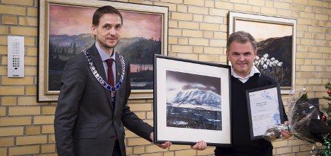 Hedret: Ordfører Sigurd Stormo delte ut Meløys næringspris 2018 til Edmund Ulsnæs etter kommunestyremøtet.