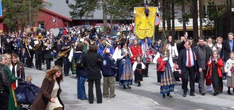 Arrangør på plass: Det blir 17. mai feiring i Saltdal i år også. Det kan Saltdal kommune takke niende klasse på Rognan ungdomsskole, med foreldre for. Bildet er fra 17. mai-feiringen i Saltdal, for noen år siden.