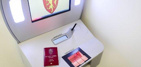 Skal fjernes: Tirsdag er det slutt for denne passmaskinen ved Ørnes lensmannskontor.
