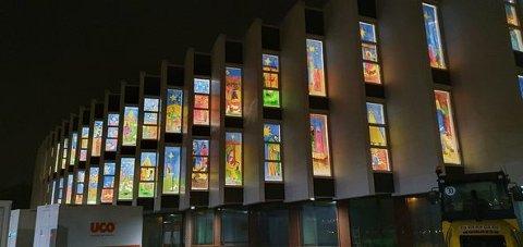 Etter to års fravær er barnetegningene tilbake i Aspåsen skoles vinduer mot Håloglandsgata.