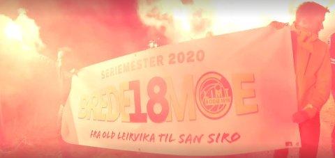 """Her går 40-50 sambygninger av Brede Moe i tog i hyllest for stopperkjempen. """"Fra Old Leirvika til San Siro"""" står det på banneret som folk i Flatanger IL har disket opp."""