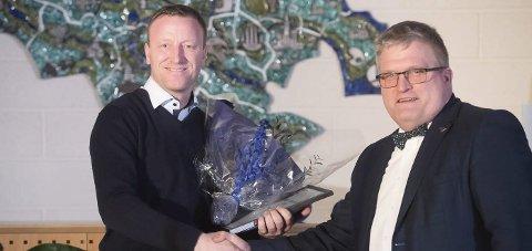 Fikk pris: Daglig leder Vegard Jelstad (t.v.) fikk prisen av Dag Øivind Henriksen (H).                   Foto: Torbjørn Tandberg, Buskerud fylke