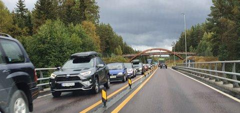 STENGTE VEIEN: En lastebil sperret trafikken og veien var i en periode helt stengt.