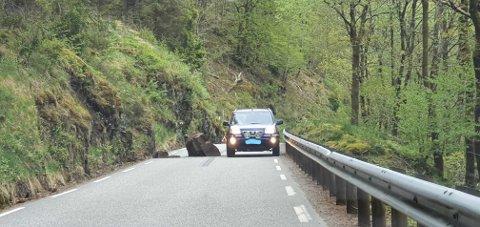 STEIN I VEGBANEN: Personbilar kunne akkurat passera.