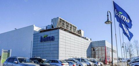 STENGT: Bama har stanset all produksjon i fabrikken på Lierstranda etter påvist koronasmitte hos flere ansatte. Tirsdag formiddag bekrefter ledelsen at fem personer er bekreftet smittet så langt.