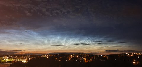 LANGE SKYER: Dette bildet ble tatt fra Solåsen på Kråkerøy mandag kveld. Meteorolog forteller at det ikke er uvanlig at kombinasjonen lavtrykk og vind kan lage slike skyer på himmelen.