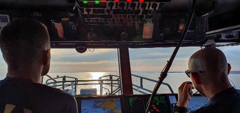 Dette bildet er tatt lørdag kveld da mannskapet på Redningsskøyta 172 var på vei ut til grunnstøtingen ute på Lera. De var ikke de eneste som rykket ut.