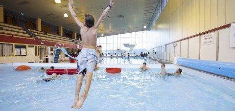 ÅPNER IKKE NÅ: Enhetsleder Morten Fredheim Hanssen i Narvik kommune sier at svømmehallen i Narvik ikke vil åpne for vanlig besøkende før tidligst ved skolestart til høsten.