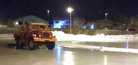 ENDELIG IS: Nå er det blitt is på skøytebanen på Fagernes.