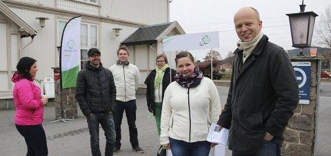 FOR PENDLERNE: Trygve Slagsvold Vedum (til høyre) og Margrethe Haarr på plass på stasjonen sammen med lokale Sp-politikere.