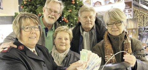 GRYTEGAVE: Frelsesarmeens Anne Beth Fagermo (t.v.) fikk grytegave av Erik Haug, Karene Oustad, Vidar Borge og Gunvor Tjugum Sørlien.FOTO: SIGMUND FOSSEN
