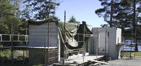 NESTE ÅR: Folk må trøste seg med at det nye bygget på Bæreia i hvert fall er klart til neste badesesong.