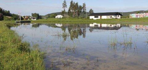 IKKE BAD HER: Kommunen fjerner nå skilt, badebrygga og andre ting som innbyr til bading.